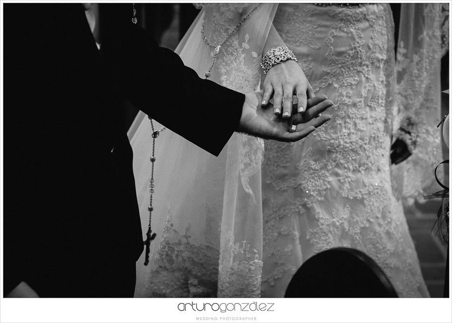 18-lazo-novios-boda-fotografias-b&n-puebla