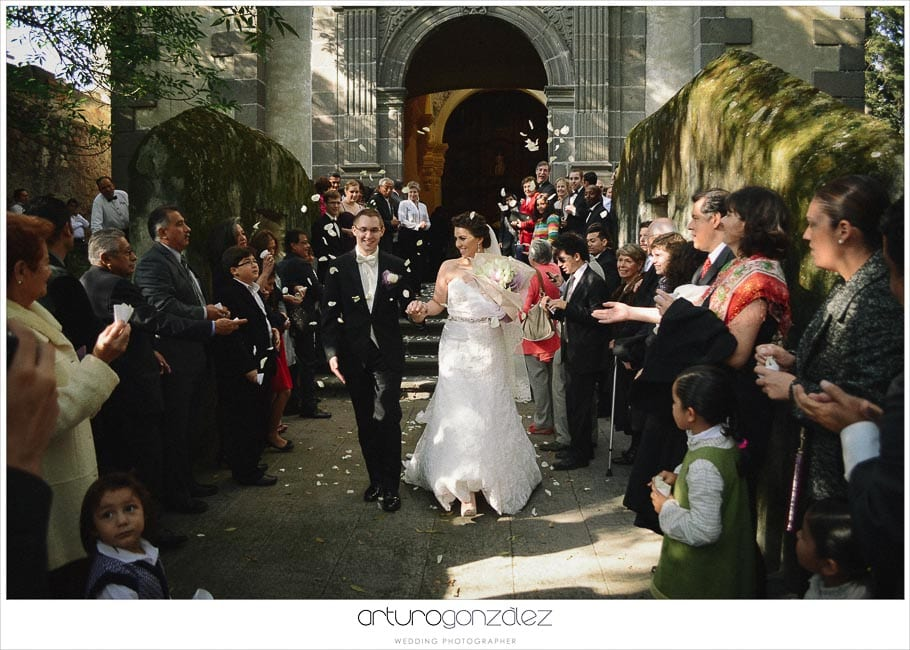 19-wedding-photography-puebla-mexico-novios afuera-iglesia